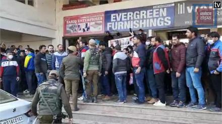 मांगों को लेकर पीडीडी कर्मचारियों का फूटा गुस्सा... पुलिस ने भांजी लाठियां