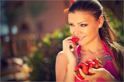 आप दिखेंगे कई सालों तक जवां, यूं लगाएं चेहरे पर स्ट्रॉबेरी पेस्ट (pics)