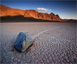 यहां सर्दियों में खुद खिसक जाते हैं पत्थर! (Pics)