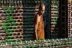 तस्वीरों में देखें, बीयर की बोतलों से बना मंदिर