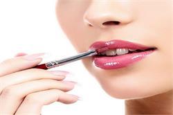 होठों पर lip gloss को फैलने से रोकने के लिए अपनाएं ये टिप्स (pics)