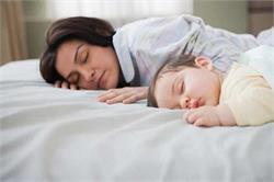 बच्चे के साथ सोने के हैं बहुत सारे फायदे (pics)