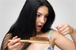 कहीं अापके तो नहीं झड़ रहे बाल? संभल जाएं जरा (pics)