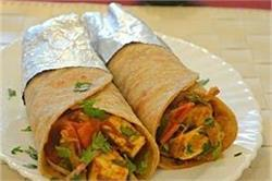 घर पर आसानी से बनाए टेस्टी एंड स्पाइसी Paneer Tikka Roll
