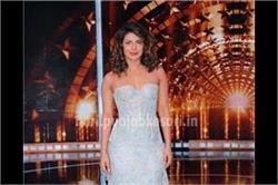 India Super Star के सेट पर प्रियंका पहनी Off-shoulder ड्रैस
