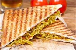 टेस्टी एंड स्पाइसी मैगी सैंडविच