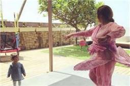 Photos में देखिए कैसे मिशा कपूर अपनी दादी से सीख रही हैं डांस