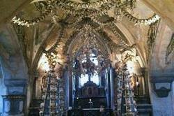ईटों से नहीं, 40000 लोगों की हड्डियों से सजा है यह चर्च