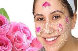 गर्मियों में चाहिए गुलाबी निखार तो घर पर बनाएं Rose scrub