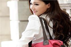हर लड़की के पर्स में होनी चाहिए ये 5 जरूरी चीजें
