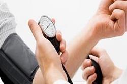 उच्च रक्तचाप को न करें नजरअंदाज, जान लें इसके लक्षण