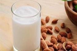 रोज पीएं 1 गिलास बादाम दूध और फिर देखें कमाल