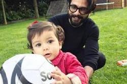 पापा के साथ खेलती नजर आईं मीशा, रेड जैकेट में दिखीं बेहद क्यूट