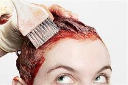 स्किन पर लगा हेयर कलर खोल रहा है सफेद बालों की पोल तो ऐसे करें साफ