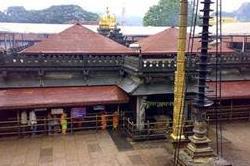 फूलों की नहीं, इस मंदिर में चढ़ाई जाती है चप्पलों की माला