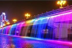 नीली-पीली नहरों वाले ये है दुनिया के सबसे खुबसूरत ब्रिज