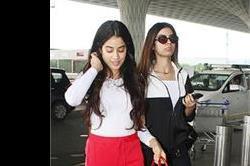 बाहों में बाहें डालकर एयरपोर्ट पहुंची ये Kapoor sisters, ड्रैसिंग लुक था कमाल
