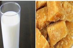 गर्म दूध के साथ करें गुड़ का सेवन, मिलेंगे ये बेमिसाल फायदे
