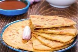 नाश्ते में बनाएं बेसन की रोटी एंड चटनी