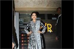 डिजाइनर अब्बु जानी संदीप खोसला के आउटफिट में दिखीं Madhuri Dixit