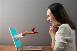 ऑनलाइन डेटिंग कर रही हैं तो भूल कर भी न करें ये गलतियां