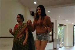 यूं दादी संग मस्ती करती दिखीं अदा शर्मा, देखिए वीडियो