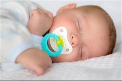 भूलकर भी न डालें शिशु को पेसिफायर की आदत, हो सकता है नुकसान