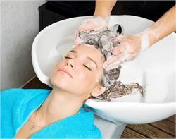 कहीं आप तो नहीं धो रही गलत तरीके से बाल