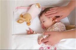 बच्चे के सिर के नीचे रखेंगे तकिया तो होंगे ये नुकसान