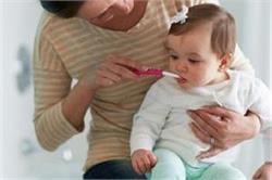 नवजात बच्चों को कब और कैसे करवाएं टूथब्रश