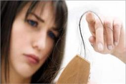टूटते झड़ते बालों को यूं बनाएं घना और मजबूत