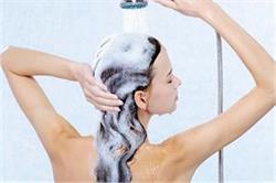 बालों को शैंपू करते समय न करें ये 4 गलतियां
