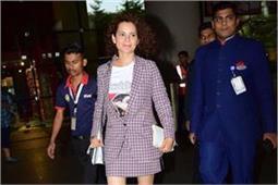 चेक प्रिंटेड स्कर्ट के साथ कगंना ने पहने स्नीकर्स, दिखा स्टाइलिश एयरपोर्ट लुक