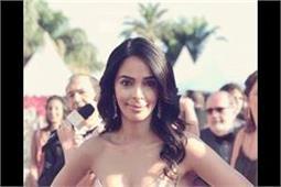 Cannes 2018: ऑफ शोल्डर ड्रैस में मल्लिका ने बनाया सभी को अपना दीवाना