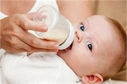 बच्चे को प्लास्टिक की बोतल में दूध पिलाना है खतरनाक, जानिए कैसे?