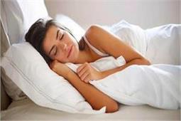 बीमारियों को रखना है कोसो दूर तो सोते समय तकिए के नीचे रखें ये एक चीज
