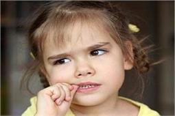 बच्चे को है नाखून चबाने की आदत तो इन 7 तरीकों से छुड़वाएं