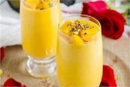 गर्मी में बना कर पीएं Mango Lassi