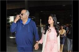 एयरपोर्ट पर पिता बोनी कपूर के साथ स्पॉट हुईं Janhvi Kapoor