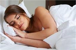 जानिए, कौन-सी Sleeping Position है अापकी सेहत के लिए फायदेमंद
