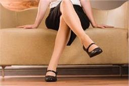 आपको भी है बैठे-बैठे पैर हिलाने की आदत तो कारण जानकर तुरंत लें एक्शन!