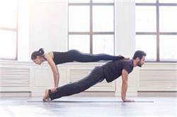 पार्टनर के साथ मिलकर करें ये 4 योगासन, सेहत के साथ बढ़ेगा प्यार