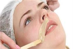 चेहरे के अनचाहे बालों हटाने के लिए वैक्सिंग करना सही या गलत