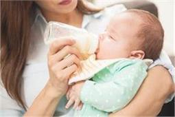 दूध पीते समय बच्चे को क्यों आती है हिचकी? इस तरह दिलाएं राहत