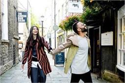 जब लंदन की सड़कों पर आनंद के लिए गाना गाने लगी सोनम, वीडियो हुआ वायरल