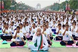 पी.एम.मोदी से लेकर सेना के जवानों तक, दुनियाभर में लोग यूं मना रहे हैं योग दिवस