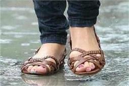 बारिश के मौसम में पैरों की खूबसूरती बनाएं रखने लिए अपनाएं ये टिप्स