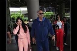 एयरपोर्ट पर बेटियों के साथ स्पॉट हुई बोनी कपूर, देखे तस्वीरें