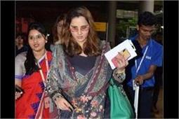 एयरपोर्ट पर देसी अंदाज में स्पॉट हुई सानिया, फ्लॉन्ट किया बेबी बंप