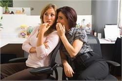 ऑफिस के बाथरूम में इस तरह की गॉसिप करती हैं लड़कियां